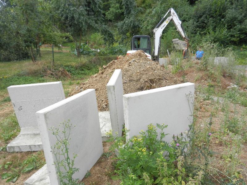 28.07.18 Zum angrenzenden Garten werden L-Steine verlegt