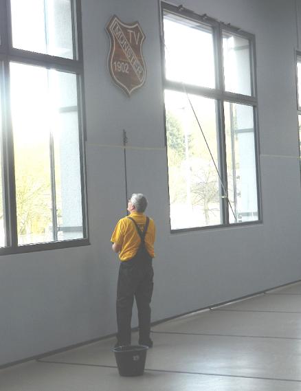 Am 01.03.2018 wurde der untere Teil der Innenwände mit einer festen abwaschbaren Farbe gestrichen
