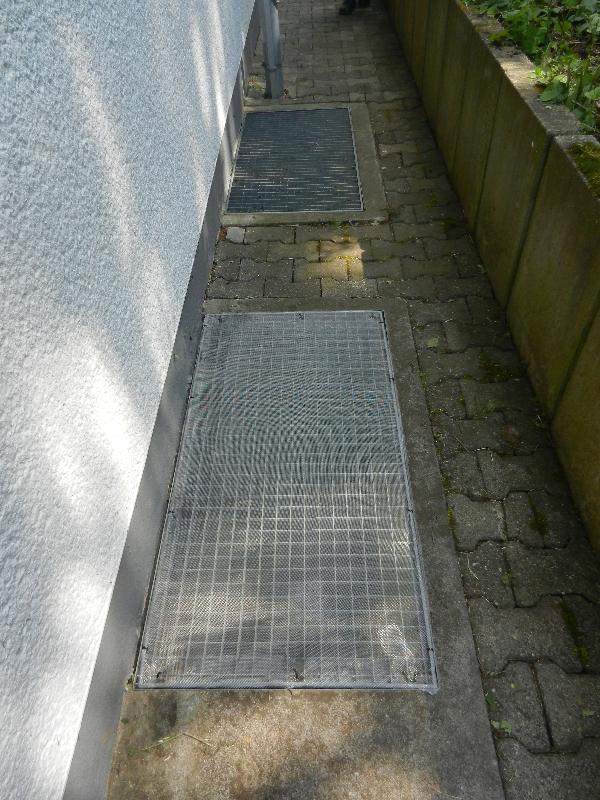 Abdeckung der Lichtschächte mit einem Gitter versehen am 12.07.2018