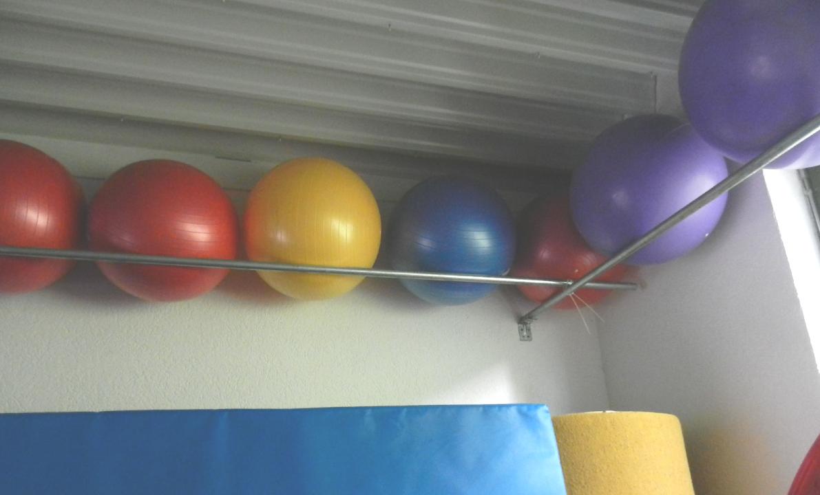 31.05.19 Im Geräteraum wurde eine Vorrichtung zur Aufbewahrung der Gymnastikbälle eingebaut.